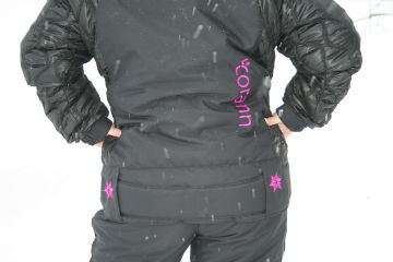 manteau avec ceinture aux hanches